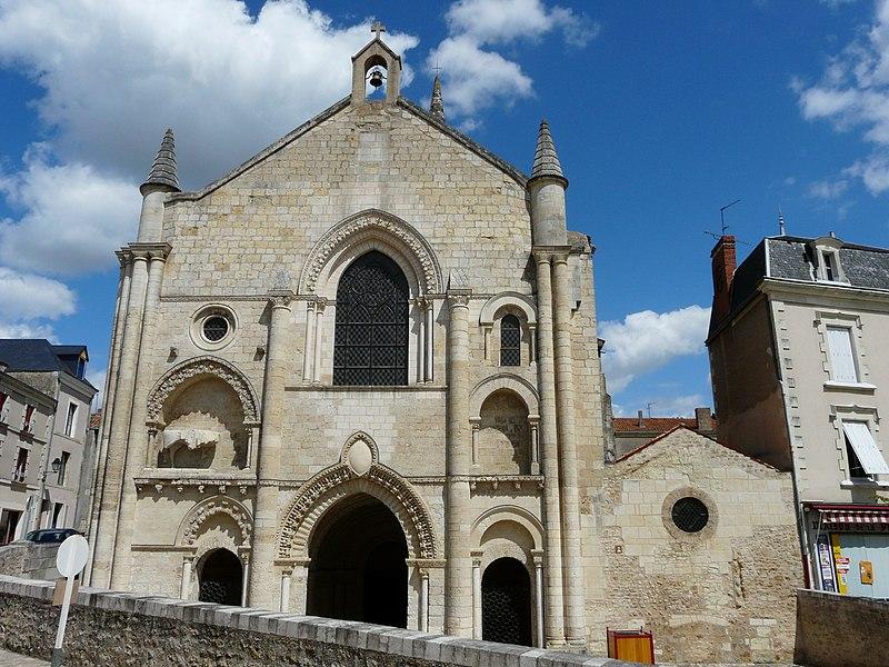 Photo du Monument Historique Ancienne abbaye Saint-Pierre situé à Airvault