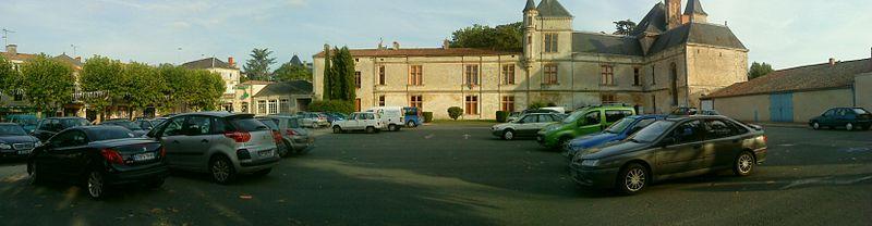 Photo du Monument Historique Château, actuellement Hôtel de ville et justice de paix situé à Coulonges-sur-l'Autize