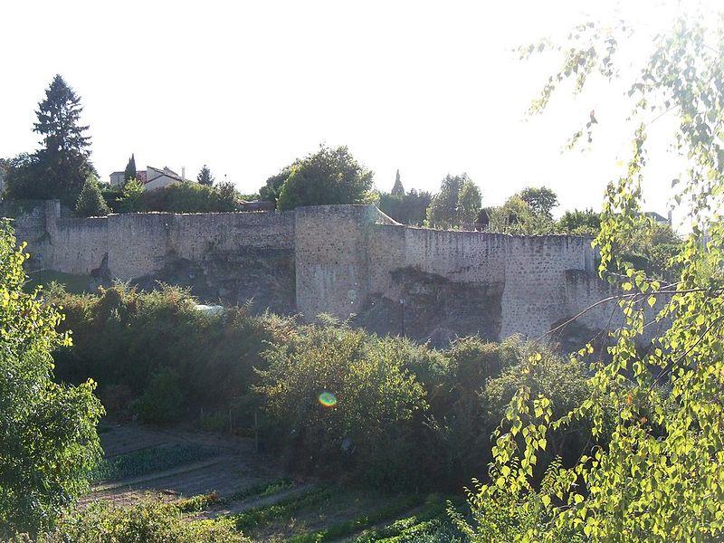 Photo du Monument Historique Remparts situé à Parthenay