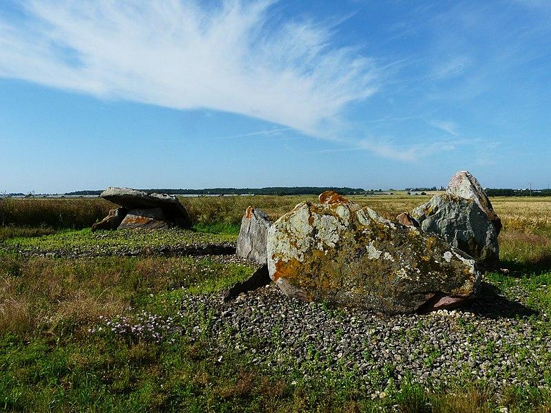 Photo du Monument Historique Deux menhirs situé à Saint-Léger-de-Montbrun