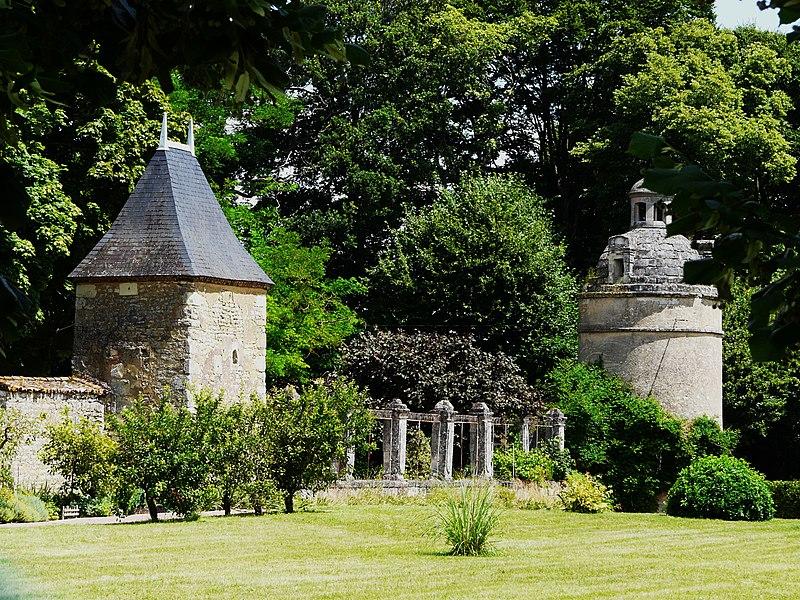 Photo du Monument Historique Château de la Forêt situé à Sainte-Verge