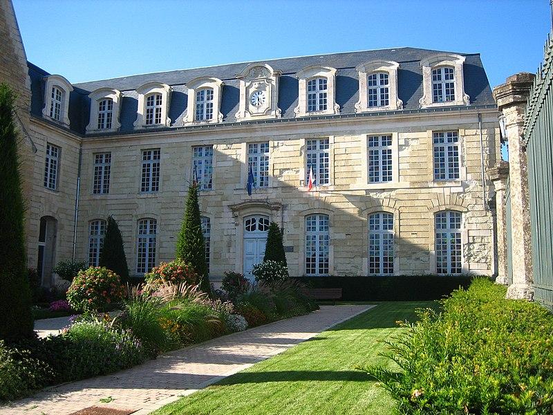Photo du Monument Historique Hôtel de ville, ancienne abbaye Saint-Laon situé à Thouars