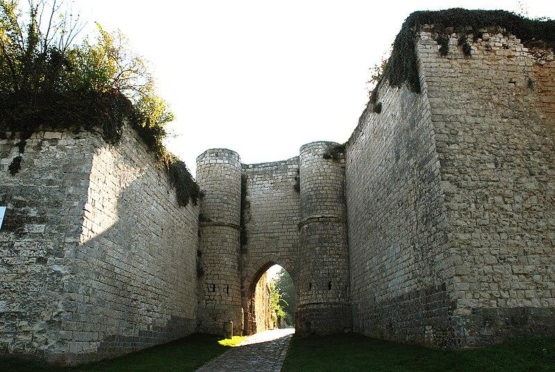 Photo du Monument Historique Ruines du château situé à Picquigny