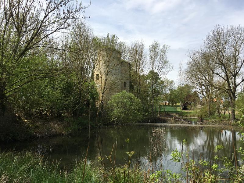 Photo du Monument Historique Restes du château d'Happlaincourt situé à Villers-Carbonnel