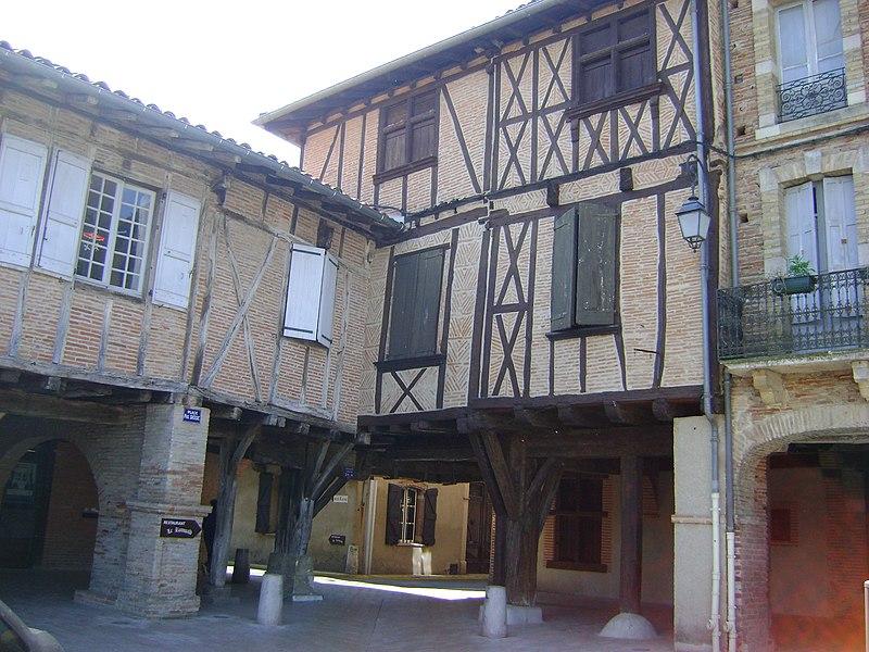 Photo du Monument Historique Maison sise au coin Sud de la place situé à Lisle-sur-Tarn