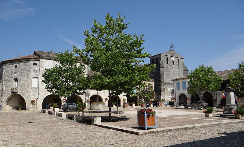 Photo du Monument Historique Maisons entourant la place situé à Castelsagrat