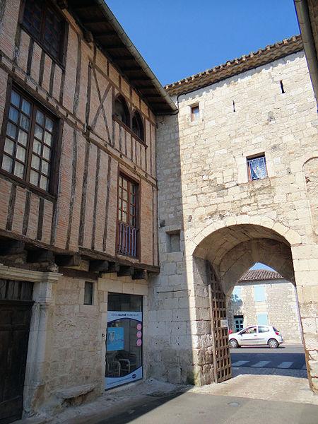 Photo du Monument Historique Porte de ville situé à Montpezat-de-Quercy