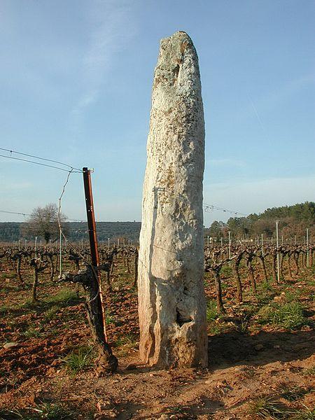 Photo du Monument Historique Menhir de Champduy situé à Cabasse