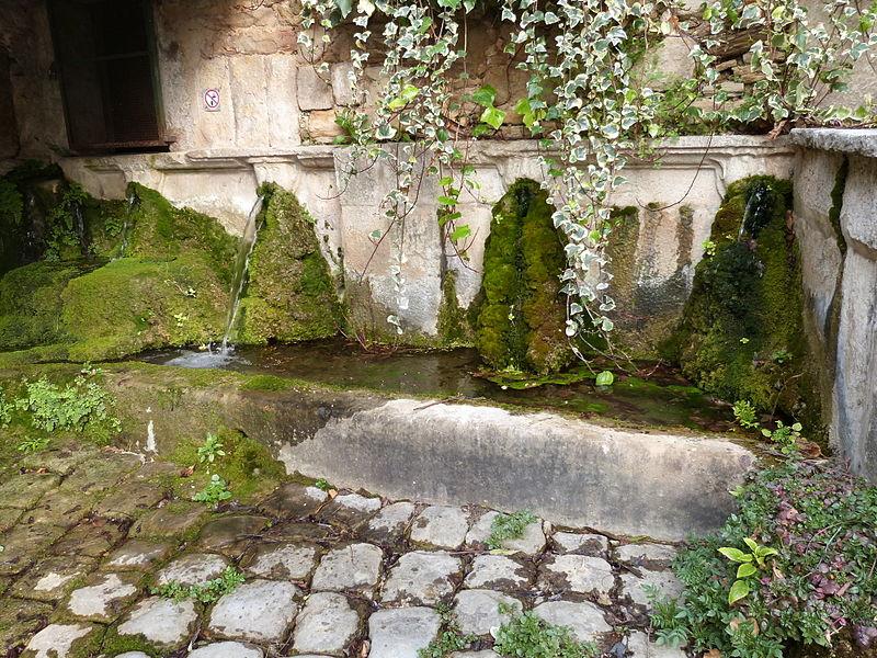 Photo du Monument Historique Fontaine Saint-Jean situé à Cadière-d'Azur (La)
