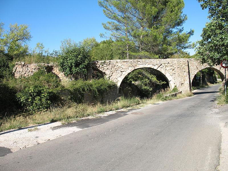 Photo du Monument Historique Aqueduc des Cinq-Ponts situé à Cuers