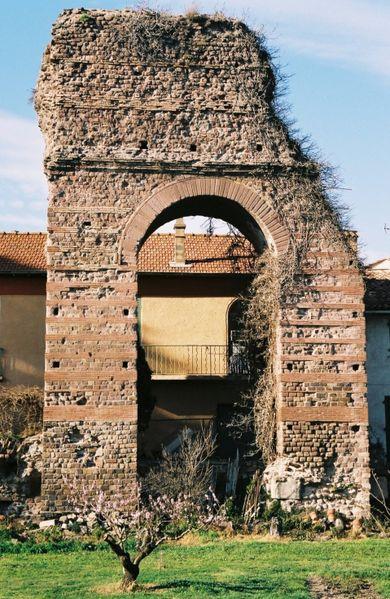 Photo du Monument Historique Porte Dorée situé à Fréjus