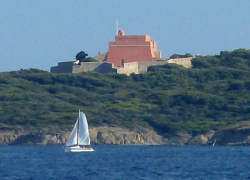 Photo du Monument Historique Fort du Grand Langoustier situé à Hyères