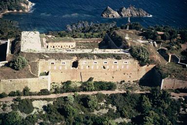 Photo du Monument Historique Fort de l'Eminence situé à Hyères