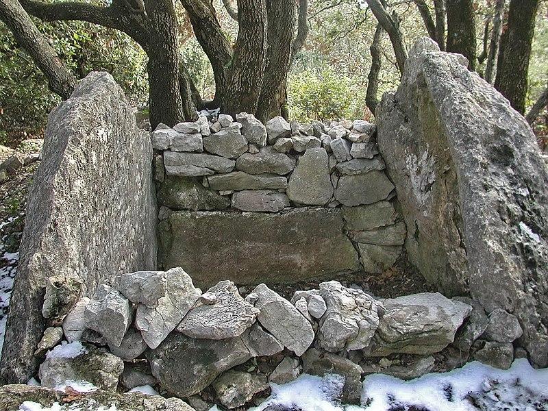 Photo du Monument Historique Dolmen des Riens situé à Mons