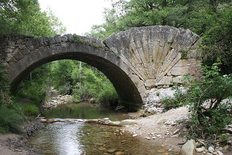Photo du Monument Historique Pont à coquille franchissant l'Aigue-Brun situé à Bonnieux