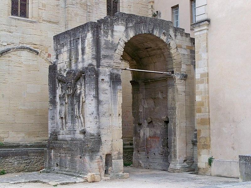 Photo du Monument Historique Arc romain dans l'enceinte du Palais de Justice situé à Carpentras