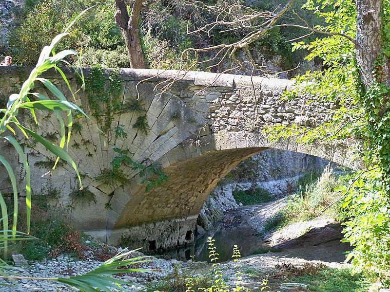 Photo du Monument Historique Pont à coquille franchissant l'Aigue-Brun situé à Lourmarin