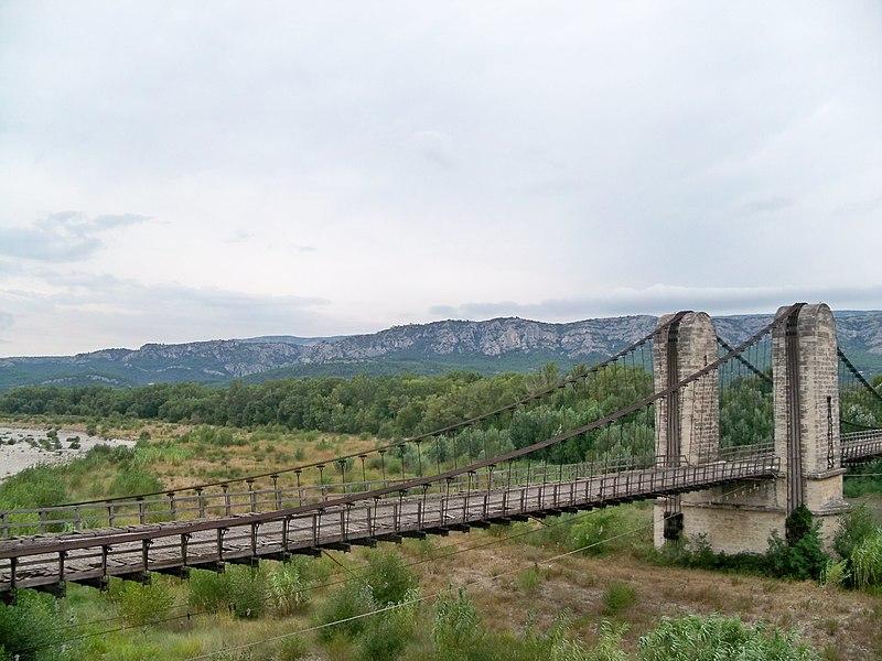 Photo du Monument Historique Ancien pont suspendu franchissant la Durance et maison du gardien situé à Mérindol