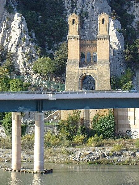 Photo du Monument Historique Ancien pont suspendu de Mirabeau situé à Mirabeau