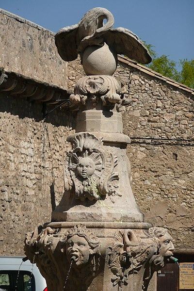 Photo du Monument Historique Fontaine du Pélican situé à Pernes-les-Fontaines