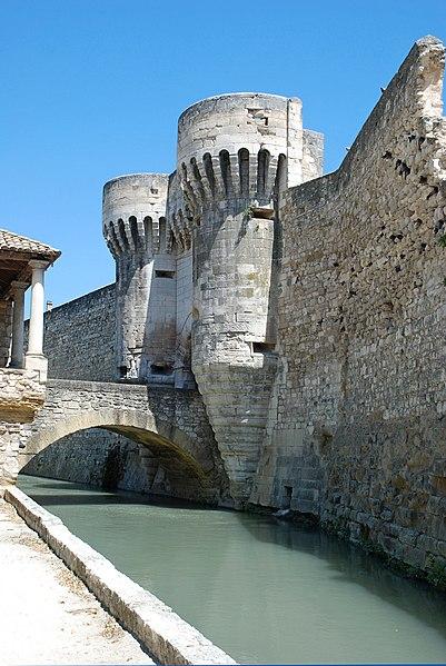 Photo du Monument Historique Porte Notre-Dame, pont qui la précède ainsi que la chapelle et l'auvent couvert situé à Pernes-les-Fontaines