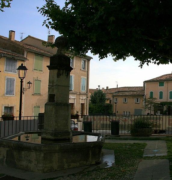 Photo du Monument Historique Fontaine publique situé à Saint-Saturnin-lès-Apt