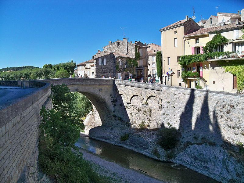 Photo du Monument Historique Mur romain bordant la rivière de l'Ouvèze en amont de la passerelle (restes) situé à Vaison-la-Romaine