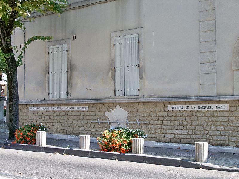Photo du Monument Historique Mur des fusillés situé à Valréas