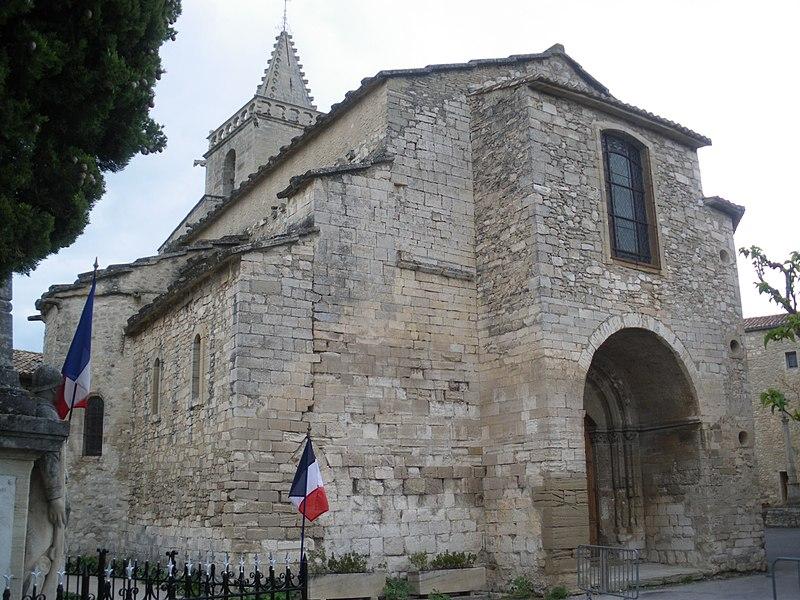 Photo du Monument Historique Eglise et le bâtiment (couloir voûté en plein cintre) qui la relie au baptistère situé à Venasque