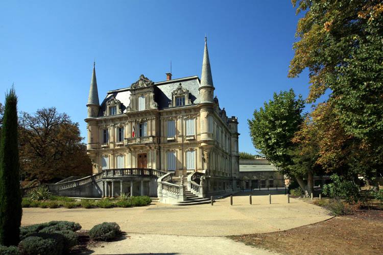 Photo du Monument Historique Ancien château de Val-Seille, aujourd'hui mairie situé à Courthézon