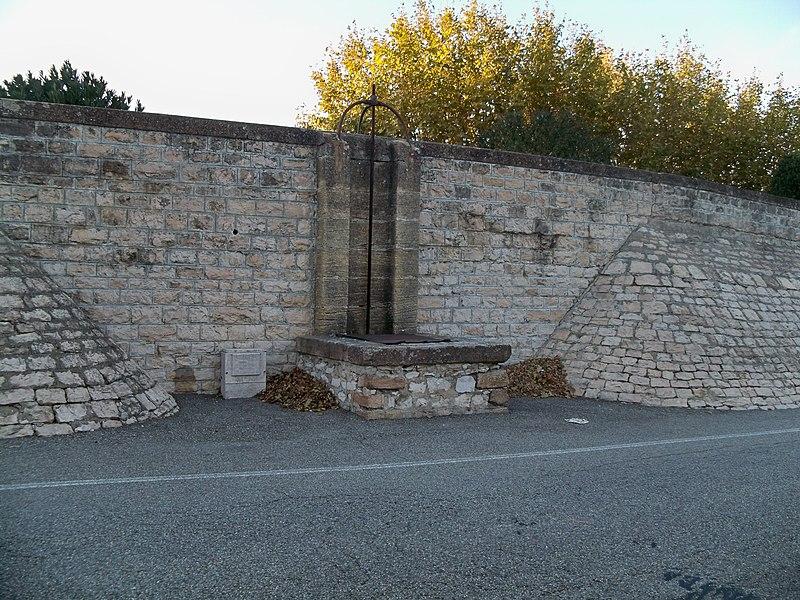 Photo du Monument Historique Digue d'enceinte de la ville situé à Caderousse