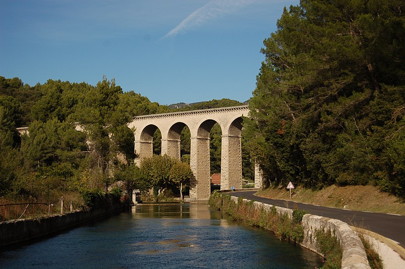 Photo du Monument Historique Pont-aqueduc de Galas (ouvrage d'art du canal de Carpentras) situé à Fontaine-de-Vaucluse