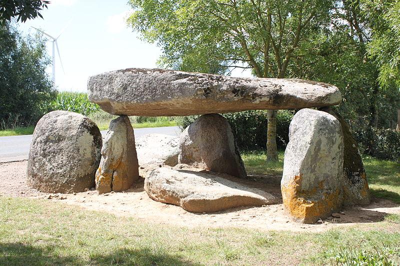Photo du Monument Historique Dolmen dit de la Cour du Breuil situé à Bernard (Le)