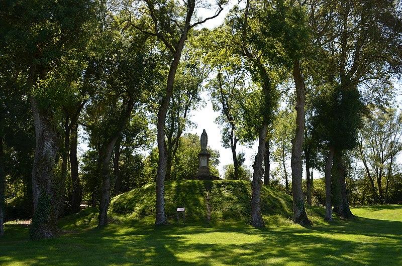 Photo du Monument Historique Motte féodale situé à Châteauneuf
