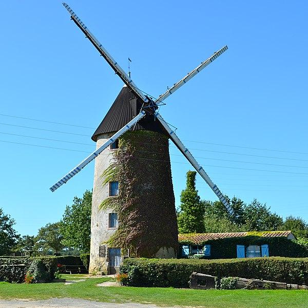 Photo du Monument Historique Moulin à vent dit Le Petit-Moulin situé à Châteauneuf
