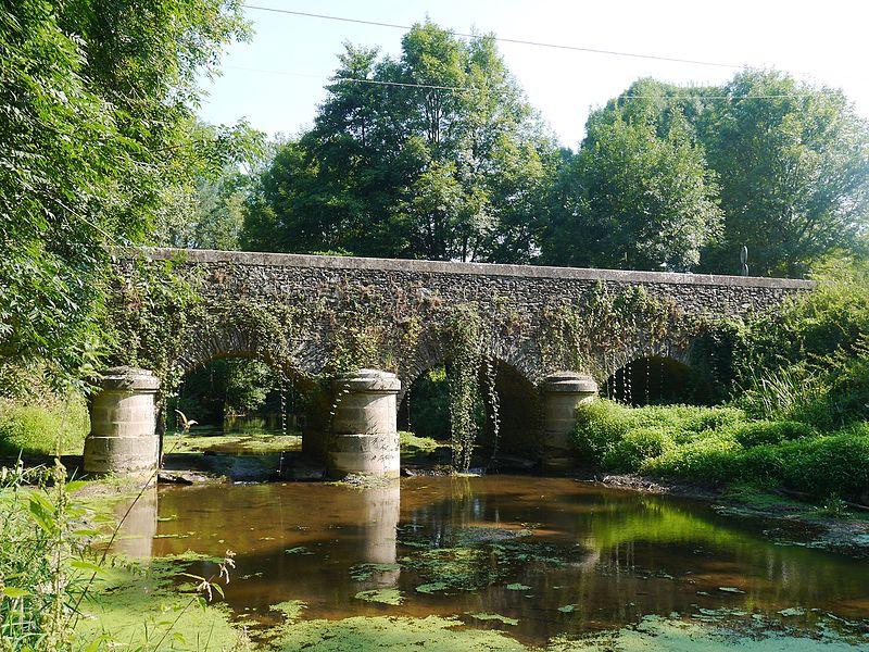 Photo du Monument Historique Pont de Fleuriau sur la Vendée (également sur commune de Puy-de-Serre) situé à Faymoreau