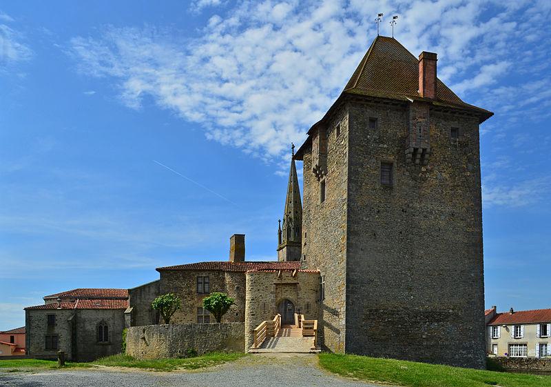 Photo du Monument Historique Donjon d'Ardelay situé à Les Herbiers