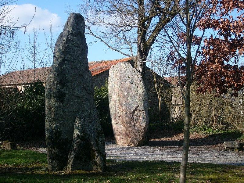 Photo du Monument Historique Deux menhirs dénommés Les Pierres Jumelles situé à Olonne-sur-Mer