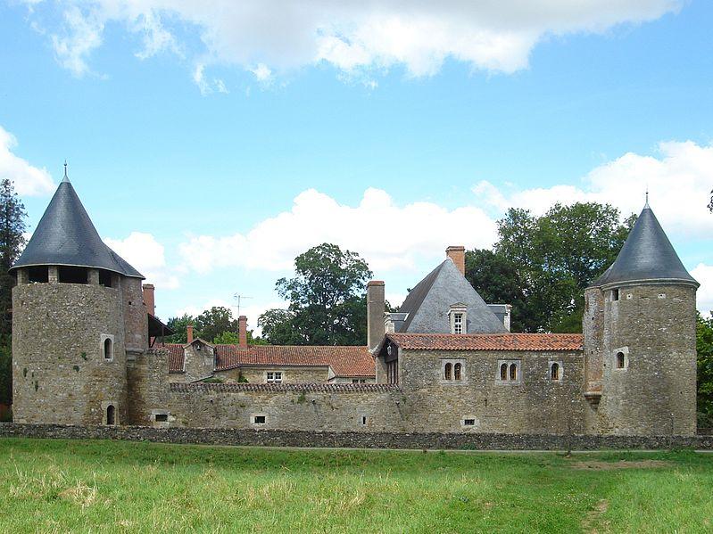 Photo du Monument Historique Château de l'Aubraye situé à La Réorthe