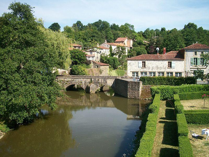 Photo du Monument Historique Pont (vieux) situé à Vouvant