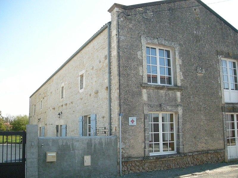 Photo du Monument Historique Maison dite Les Grands Greniers ou Maison du Temple situé à Puyravault