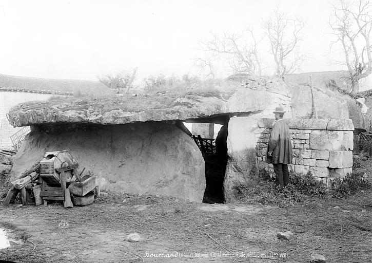Photo du Monument Historique Allée couverte dite La Pierre-Folle situé à Bournand