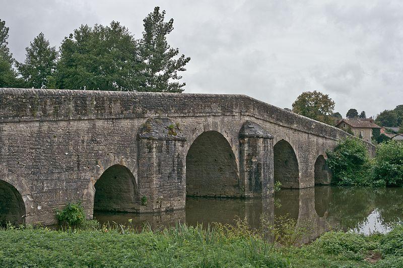 Photo du Monument Historique Vieux pont sur la Charente situé à Chatain