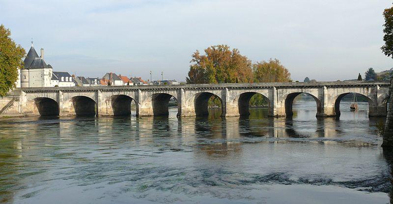Photo du Monument Historique Pont Henri IV situé à Châtellerault
