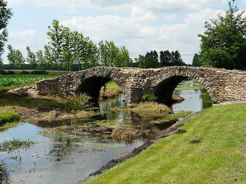 Photo du Monument Historique Pont gallo-romain dit Pont de la Reine-Blanche situé à Curçay-sur-Dive