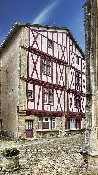 Photo du Monument Historique Maisons à pans de bois du 16e siècle situé à Lusignan