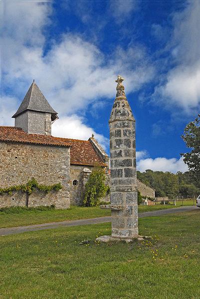 Photo du Monument Historique Lanterne des Morts de Moussac situé à Montmorillon