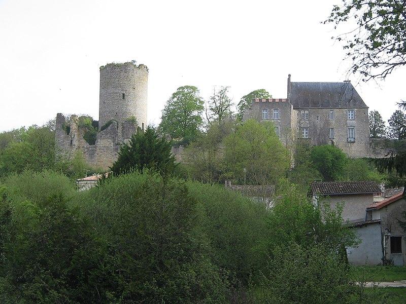 Photo du Monument Historique Château (restes) situé à Montreuil-Bonnin