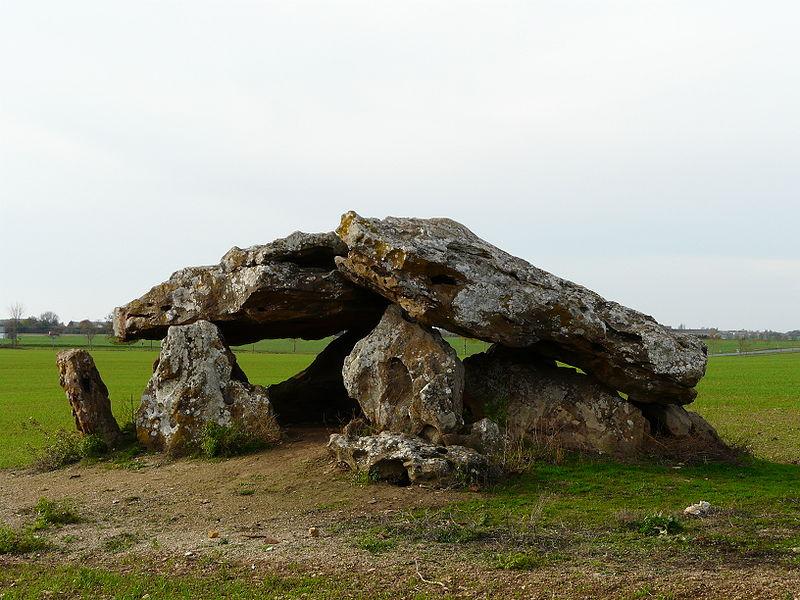 Photo du Monument Historique Dolmen dit La Pierre-Levée situé à Neuville-de-Poitou