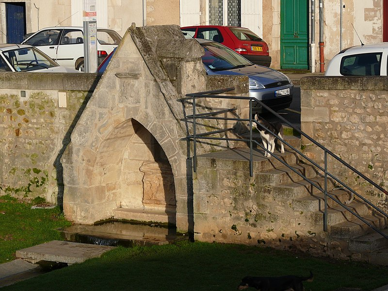 Photo du Monument Historique Fontaine en pierre sur les bords du Clain, près du pont Joubert situé à Poitiers